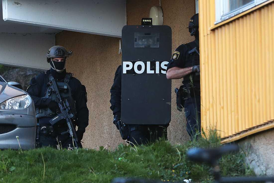 Insatsstyrkan gör sig redo att slå till mot en lägenhet i Kramfors.