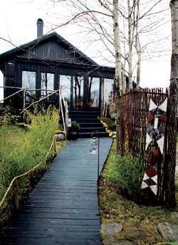 """Linda och Sven kallar sin villa för """"Afrikahuset"""". Här bor de, har galleri, butik och levande museum i afrikansk stil."""