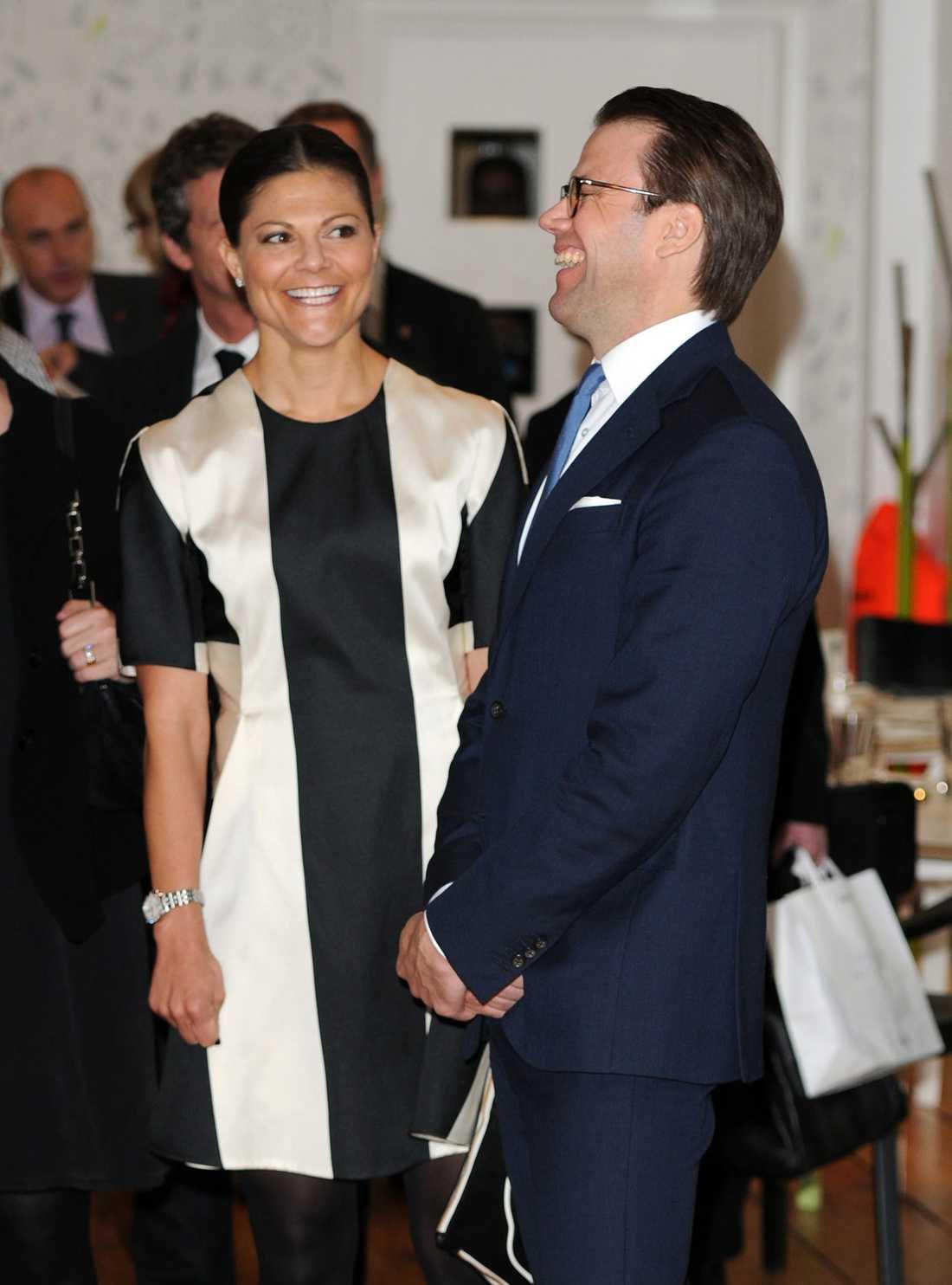 Festprissar Victoria och Daniel sågs ta sig en svängom på Avicii på Tele2 Arena.