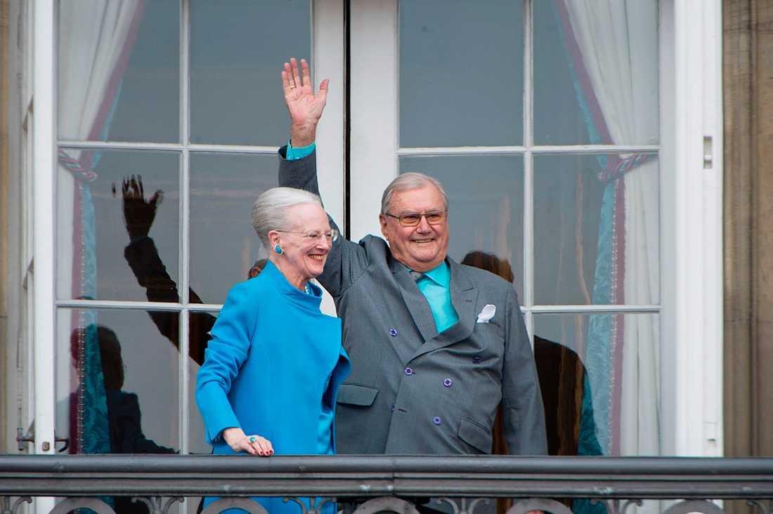 Drottning Margrethe och prins Henrik hälsar på folket från balkongen på Amalienborg i samband med drottningens 76-årsdag. Arkiv april 2016.