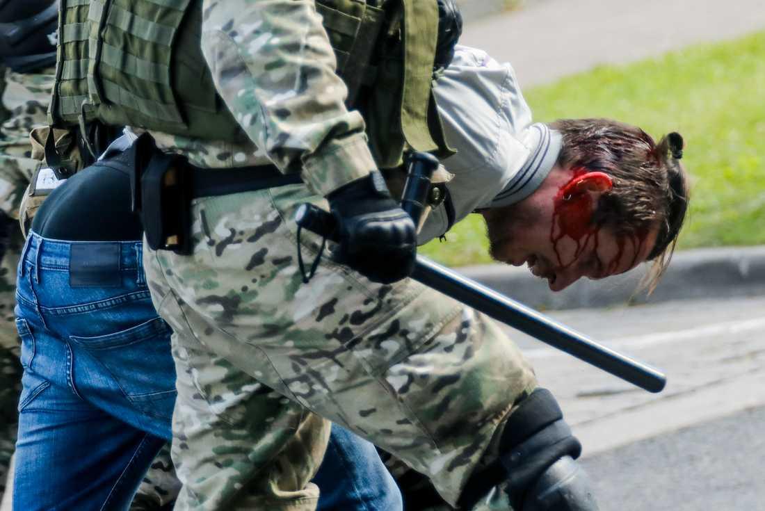 Poliser anklagas för att ha använt sina batonger mot mängder av människor. Övervåldet har varit enormt, enligt människorättsorganisationer. Bilden är tagen den 13 september.