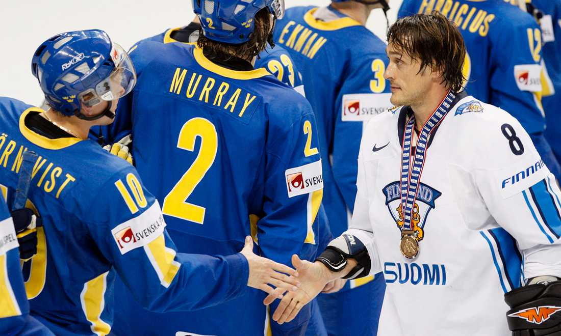 Teemu tackar för god match efter att Finland säkrat VM-bronset mot Tre Kronor 2008.
