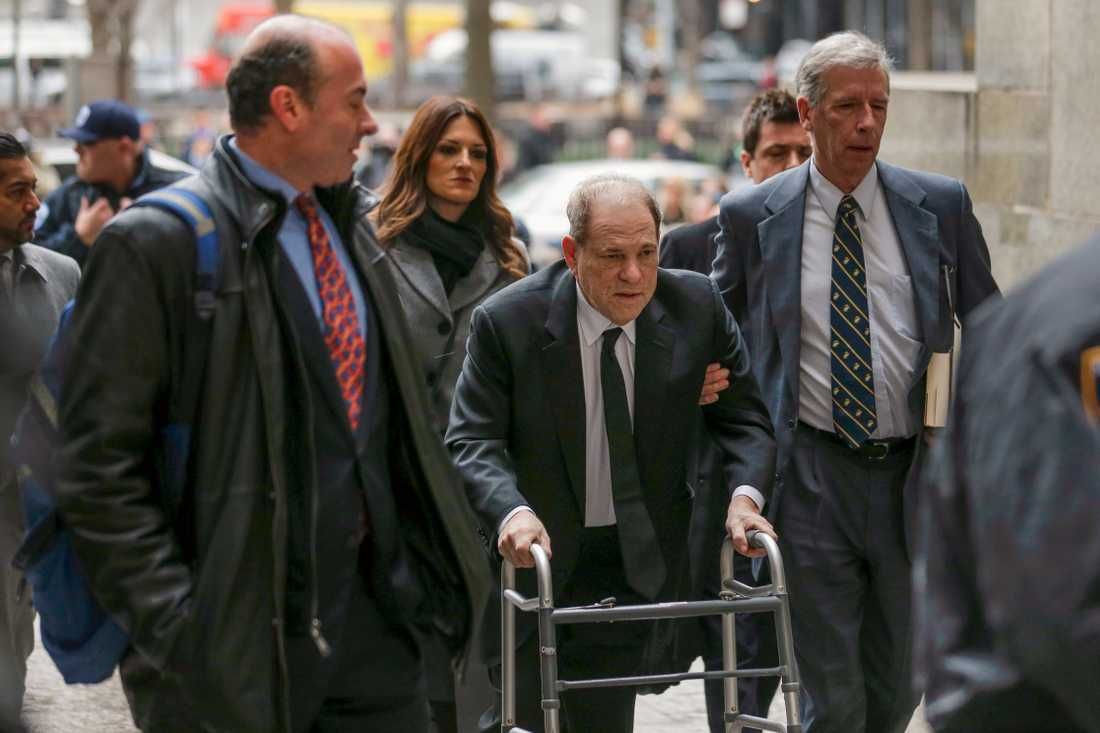 Harvey Weinstein anländer till rättegången under måndagseftermiddagen svensk tid.
