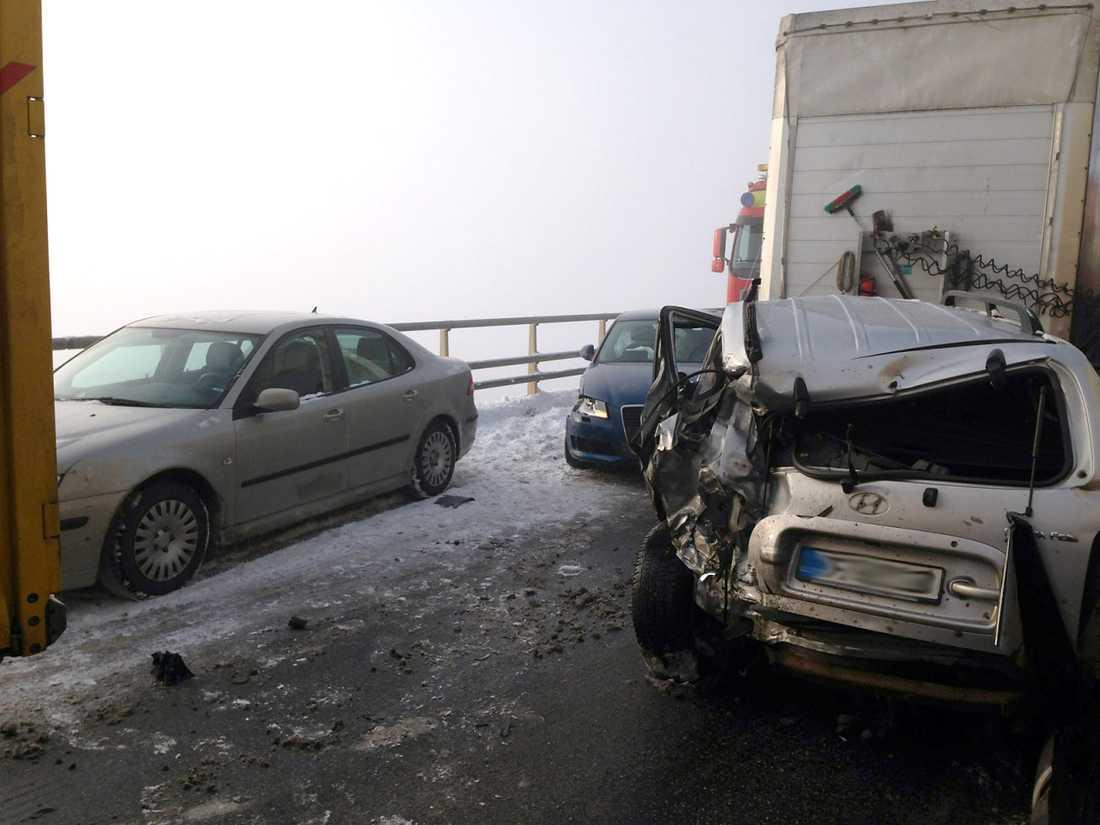Upp till 20 lastbilar och 30 personbilar vara inblandade i olyckan på E4 avstängd i båda riktningarna från Östra Ljungby till Åstorp.