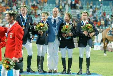 Ludger Beerbaum (till vänster) och det svenska bronslaget i OS.