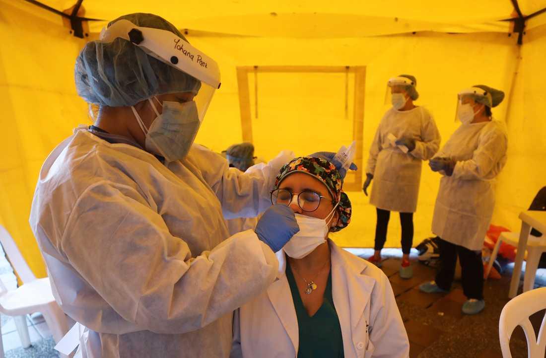 Covid-19-test på en läkare i Bogotá. Arkivbild.