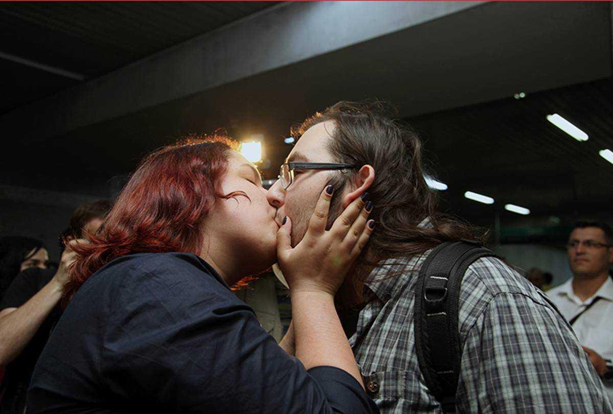 Unga turkar protesterar mot kyssförbudet.