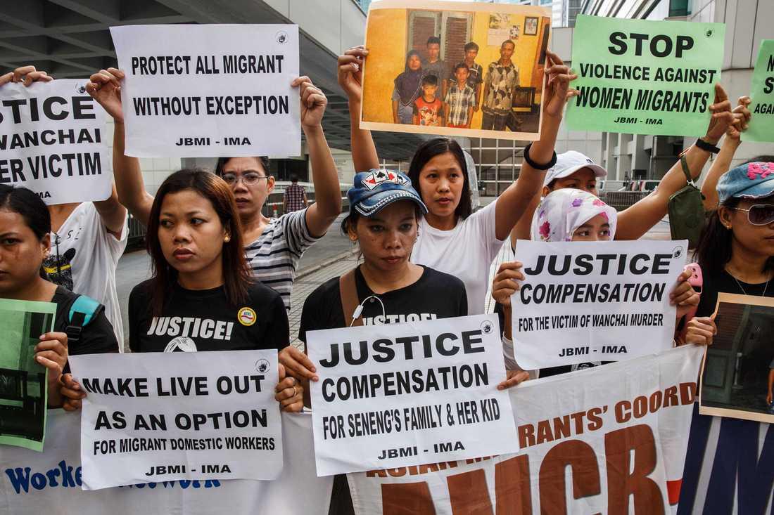 Demonstranter samlades utanför domstolen under rättegången mot den brittiske bankiren.