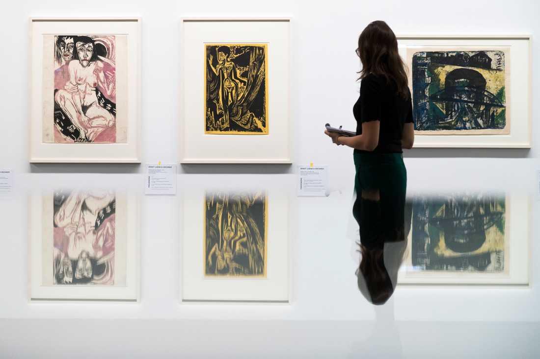 En besökare på utställningen i Bern 2017 som visade upp många av verken som efterlämnats av Hildebrand och Cornelius Gurlitt. Arkivbild.