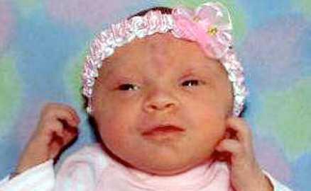 AP Först skar kidnapparen 21-åriga Stephanie Ochsenbine i halsen. Sedan stal hon Stephanies dotter, 8 dagar gamla Abby. Polisen släppte senare en fantombild på kidnapparen.
