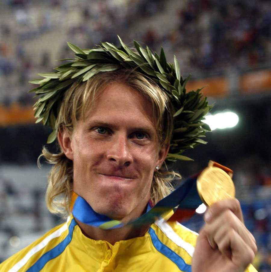 OS I ATEN 2004 Med guldmedaljen på pallen.
