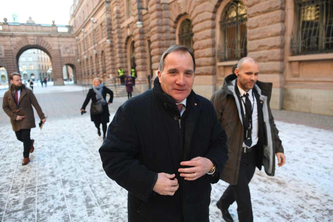 Stefan Löfven lämnar riksdagshuset efter mötet med talmannen