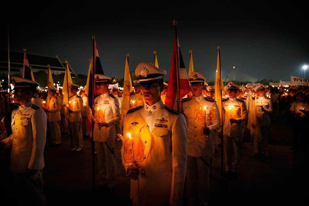 BANGKOK Thailändsk militär och civila håller ljuslyktor för att hedra kung Bhumibol Adulyadej. Den tailändska kungen fyllde 86 år på torsdagen.