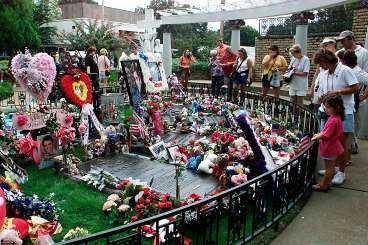 graven i graceland I dag har Elvis varit död i 25 år och hans grav är ett självklart besöksmål för hans beundrare som reser från hela världen till Graceland i Memphis.
