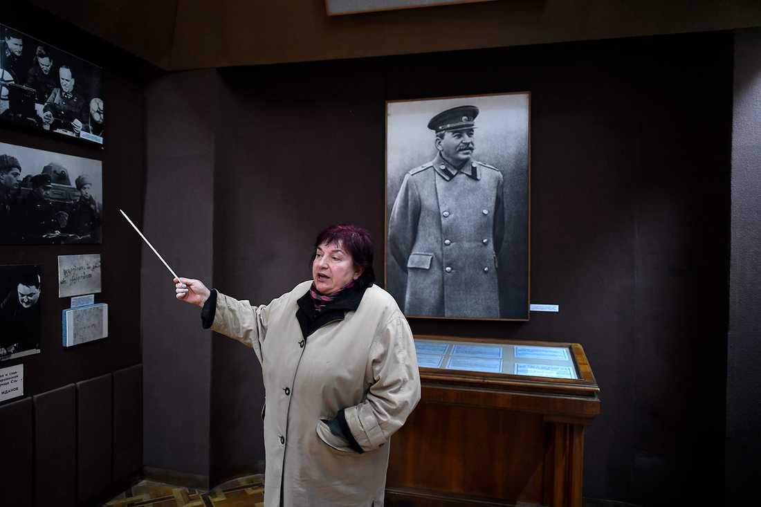 Turistguiden på Stalinmuseet i Gori.