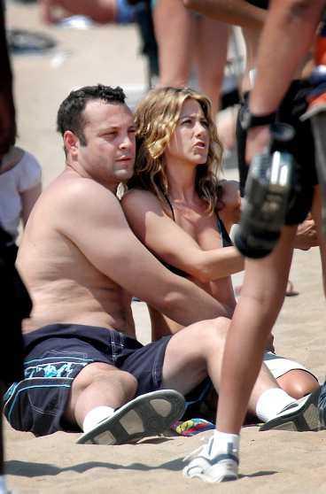 """KRAMAS PÅ STRANDEN Vince Vaughn och Jennifer Aniston satt tätt ihop under inspelningen i Chicago. """"De var väldigt känsliga gentemot varandra"""", säger en källa."""