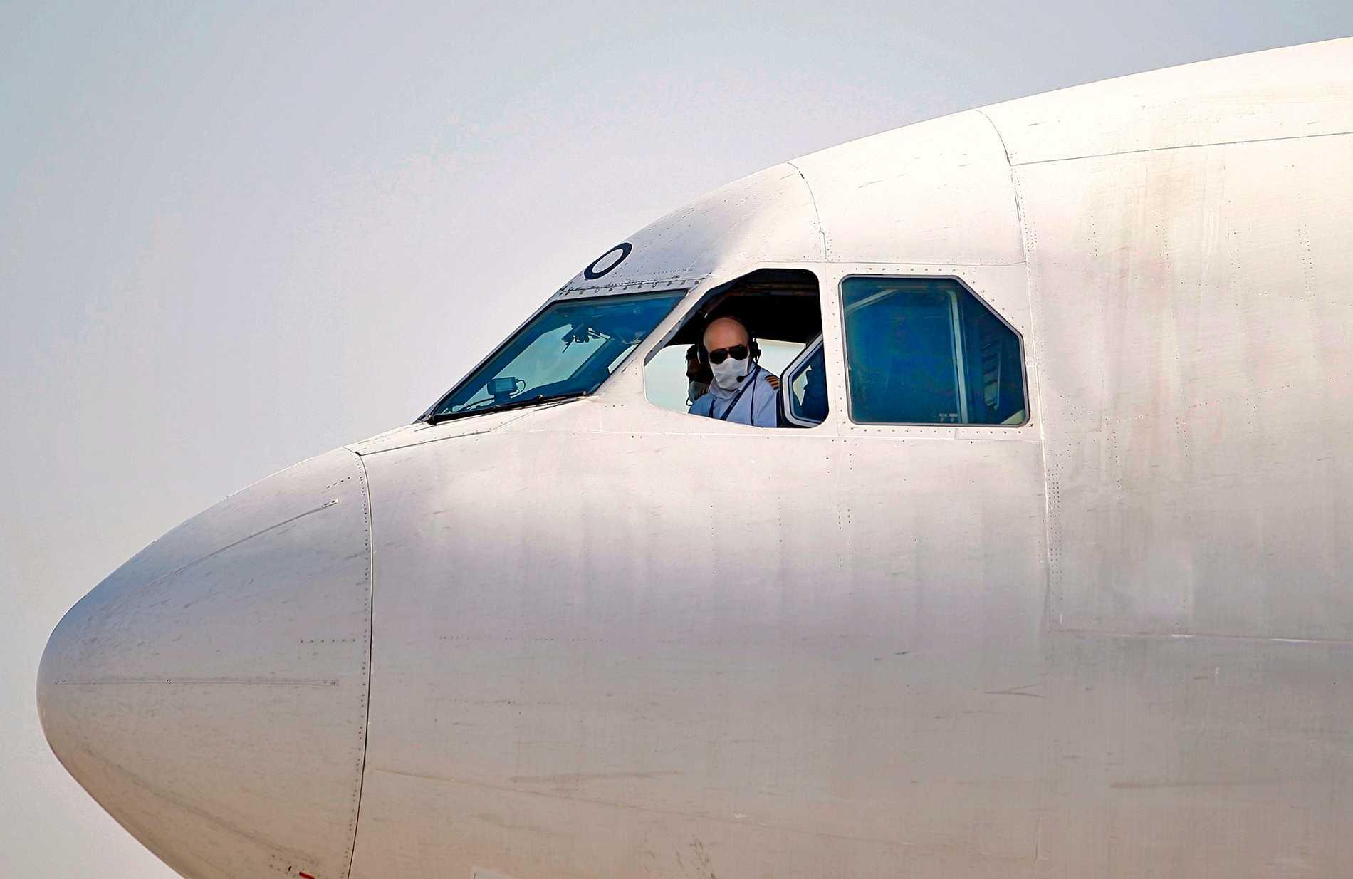 Ett iranskt plan anländer på flygplatsen Najaf i Irak.