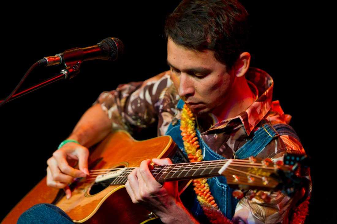 Makana spelar gitarr Här ser vi Makana när Merkurius INTE går baklänges
