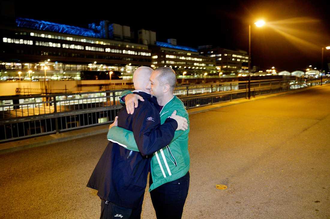 Här kramar Samir om Aftonbladets reporter Anders Johansson som granskat förundersökningen och domen mot Samir.