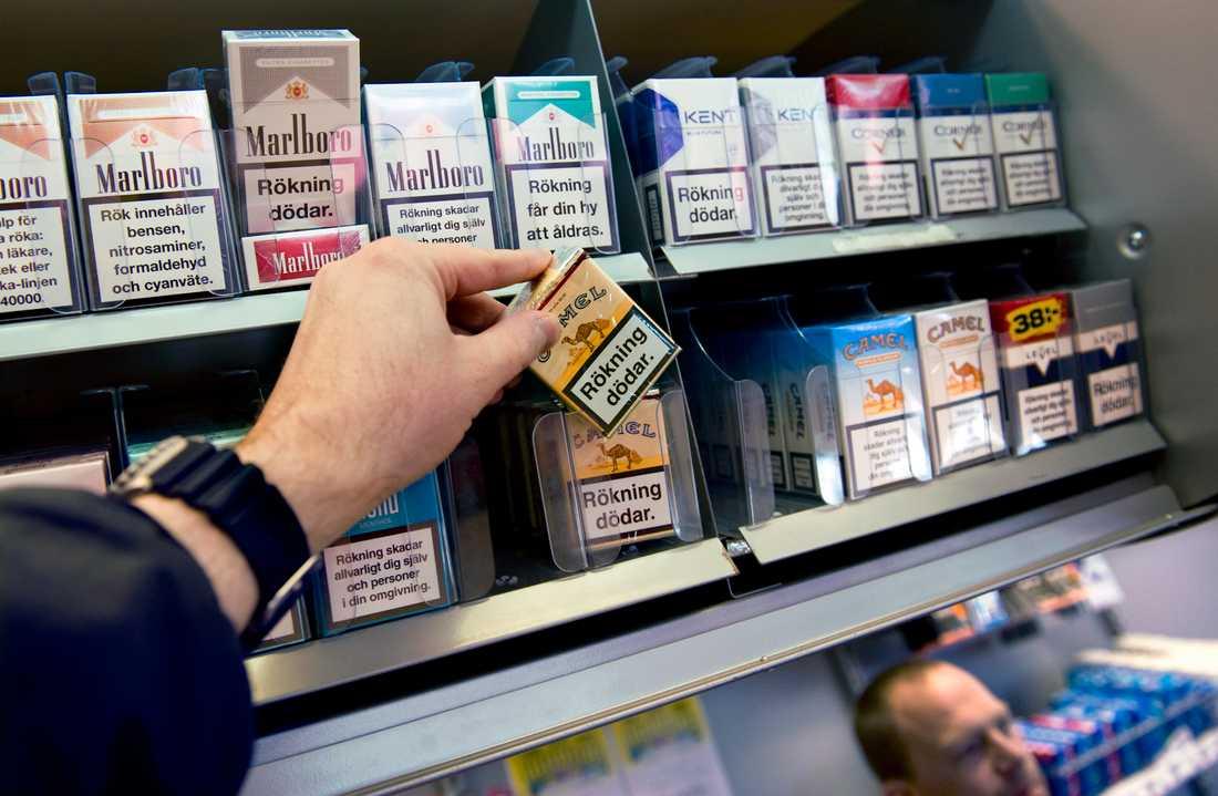 Från och med den 1 november krävs tillstånd för att sälja tobak. Polisen och kommunerna hoppas bland annat att det ska minska tillgången på smuggeltobak.