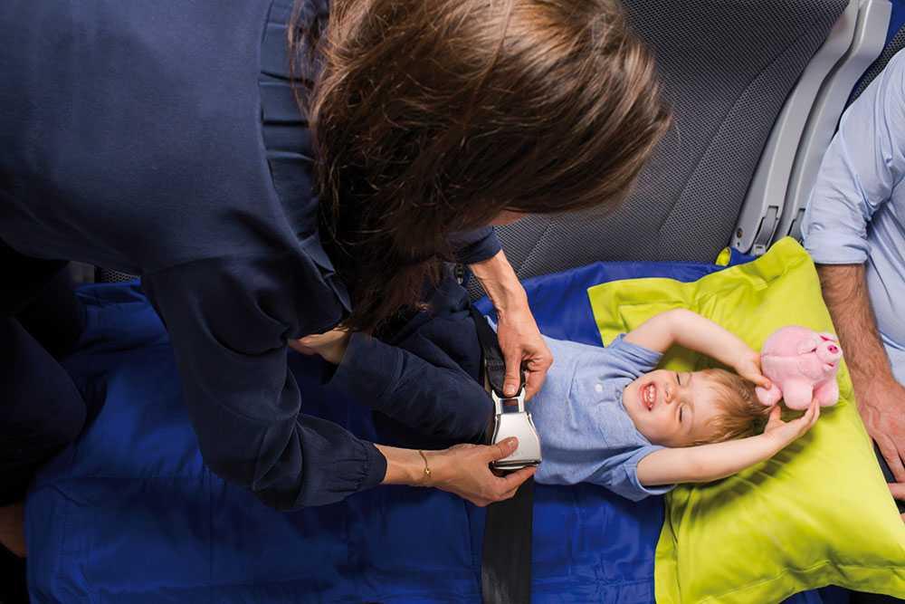 Barnen får ett särskilt bälte i sängen.