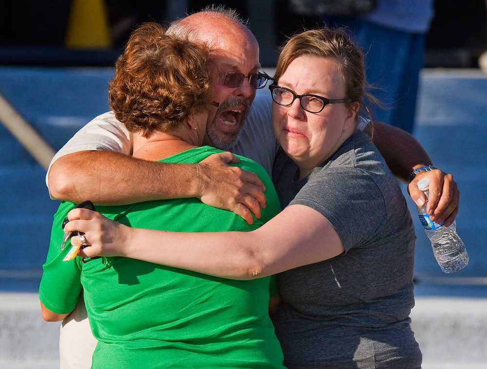 Alex Sullivans pappa Tom tröstades efter tragedin av sin familj.