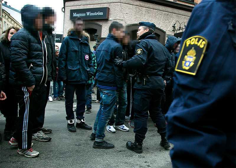 Stök i stan. Ungdomar och  polis i samband  med Instagram- upploppen i Göteborg i slutet av förra året.