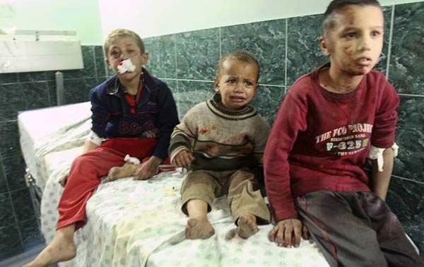 Palestinska pojkar väntar på behandling på Shifa sjukhuset i Gaza. Sjukhuset lider stor brist på akutmediciner.