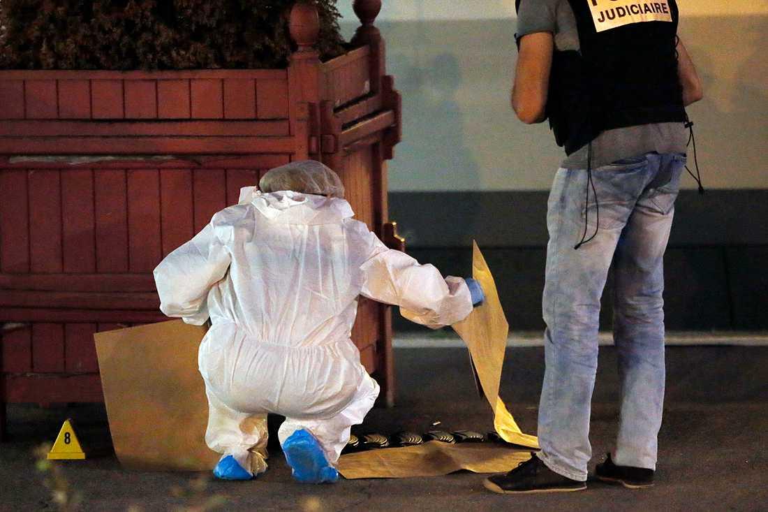 Polistekniker undersöker beslagtagna magasin.