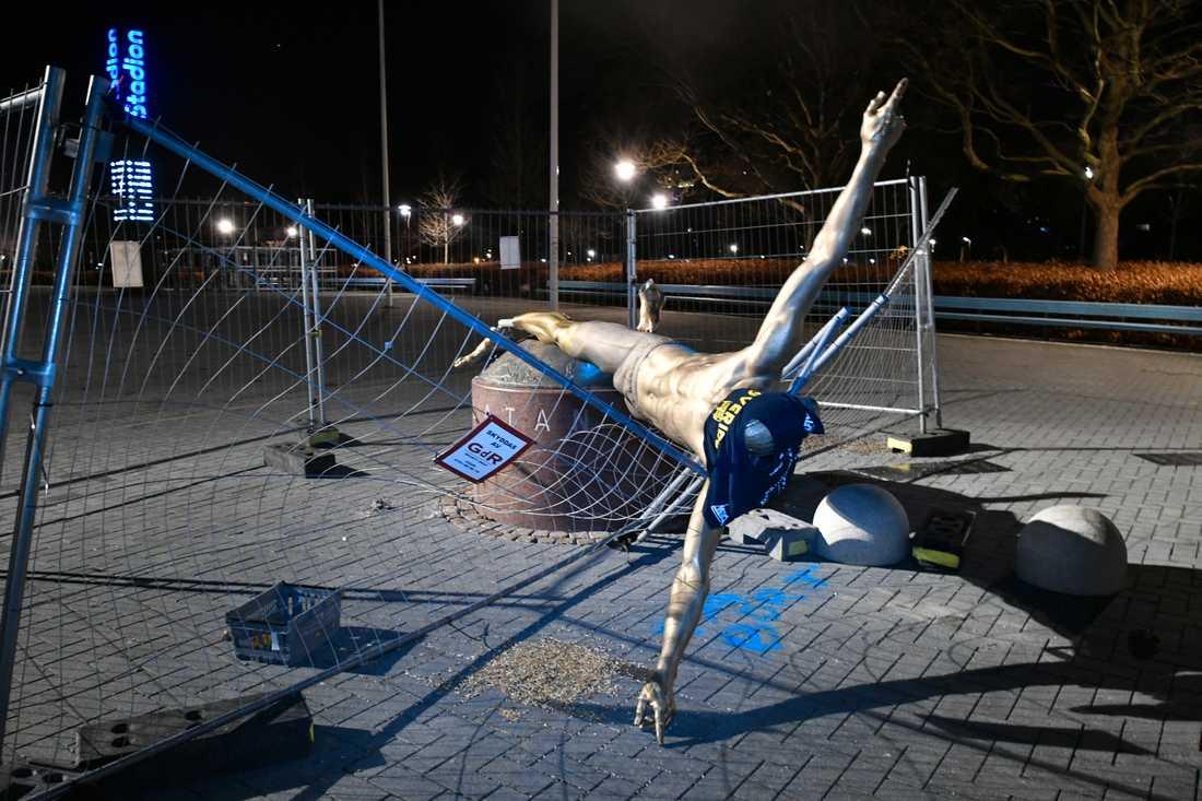 Zlatan-statyn vältes under natten till söndagen.