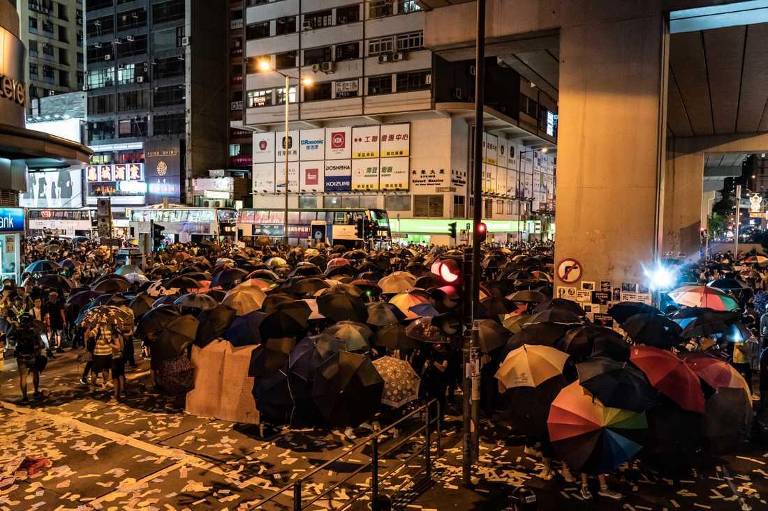 Demonstranter förbereder sig för polisens reaktion utanför Mongkoks polisstation.