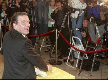 När 90 procent av rösterna var räknade i natt stod det klart att förbundskansler Gerhard Schröder får nytt förtroende. Men den nya regeringen måste snabbt få i gång den tröga ekonomin och få ned arbetslösheten.