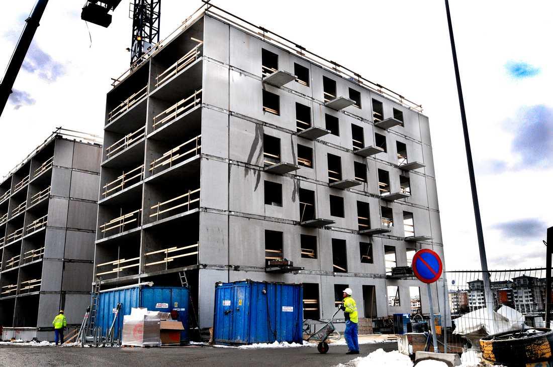 Antalet påbörjade lägenhetsbyggen minskade under första kvartalet, enligt SCB. Arkivbild.