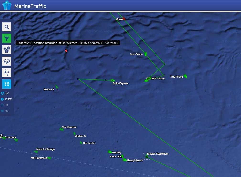 Tjänsten Marinetraffic rapporterar via Twitter om fartyg i Medelhavet som är i närheten av den befarade kraschsajten, och nu tar sig till sökområdet för att bistå.