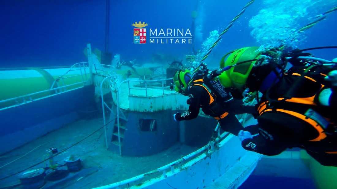Dykare från italienska flottan vid vraket.