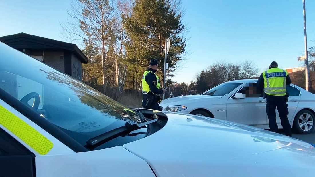 Här genomför polisen en av många fordons- och körkortskontroller i Sävja.