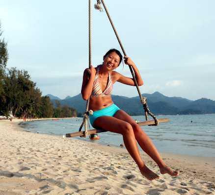 Turisterna har hittat till Koh Chang och blir bara fler och fler. Jing Qiu, bosatt i Bangkok, gungar på Klong Prao Beach.