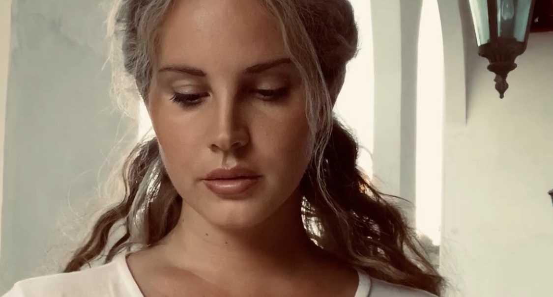 """Efter sommarens poesisamling """"Violet bent backwards over the grass"""" är Lana Del Rey tillbaka med sitt sjunde album."""