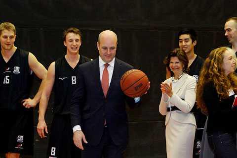ENKEL SEGER Statsminister Fredrik Reinfeldt spelade i går basket tillsammans med prins Charles på Fryshuset i Stockholm. Bland åskådarna fanns bland annat drottning Silvia.