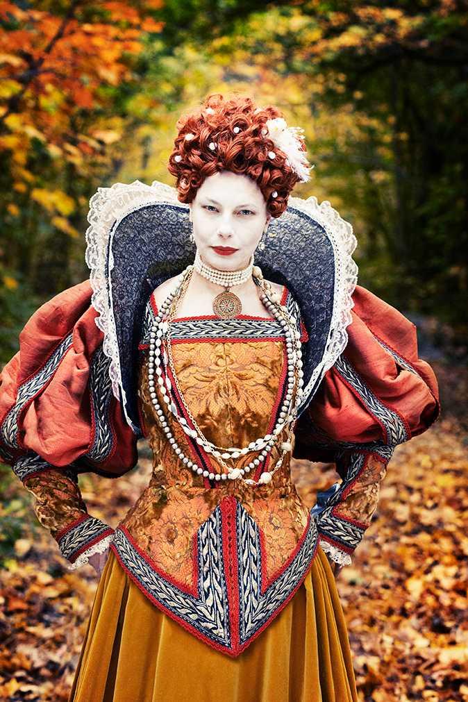 """Oktober - Helena Bergström Hon kallades jungfrudrottningen och gifte sig med makten. En politisk kropp, ämnad att regera. Den stora kärleken Robert Dudley förblev en vän, men hon kallade irriterat hans fru för """"den där varghonan"""". Efter drottningens död fann man bland hennes mest privata ägodelar ett brev, där det stod, med hennes egen handstil """"hans sista brev""""."""