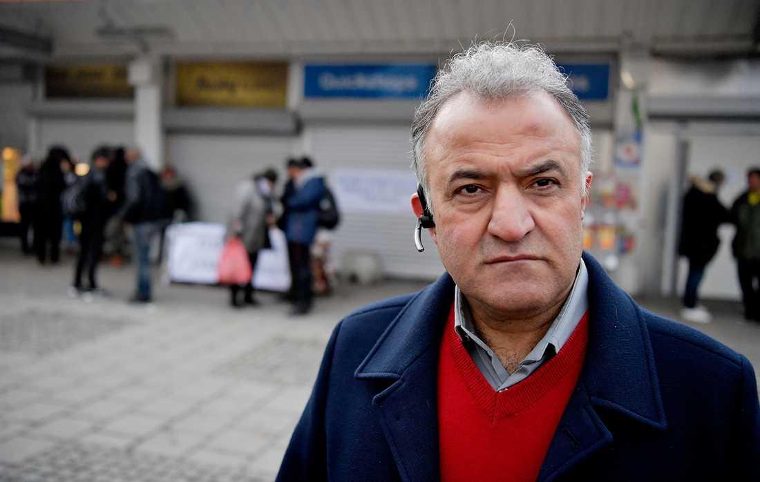 """""""Vi förlorar mycket på att hålla stängt på en fredag men vi känner att måttet är rågat nu"""" säger Salam Kurda, butiksägare och ordförande i handelsföreningen i Husby."""