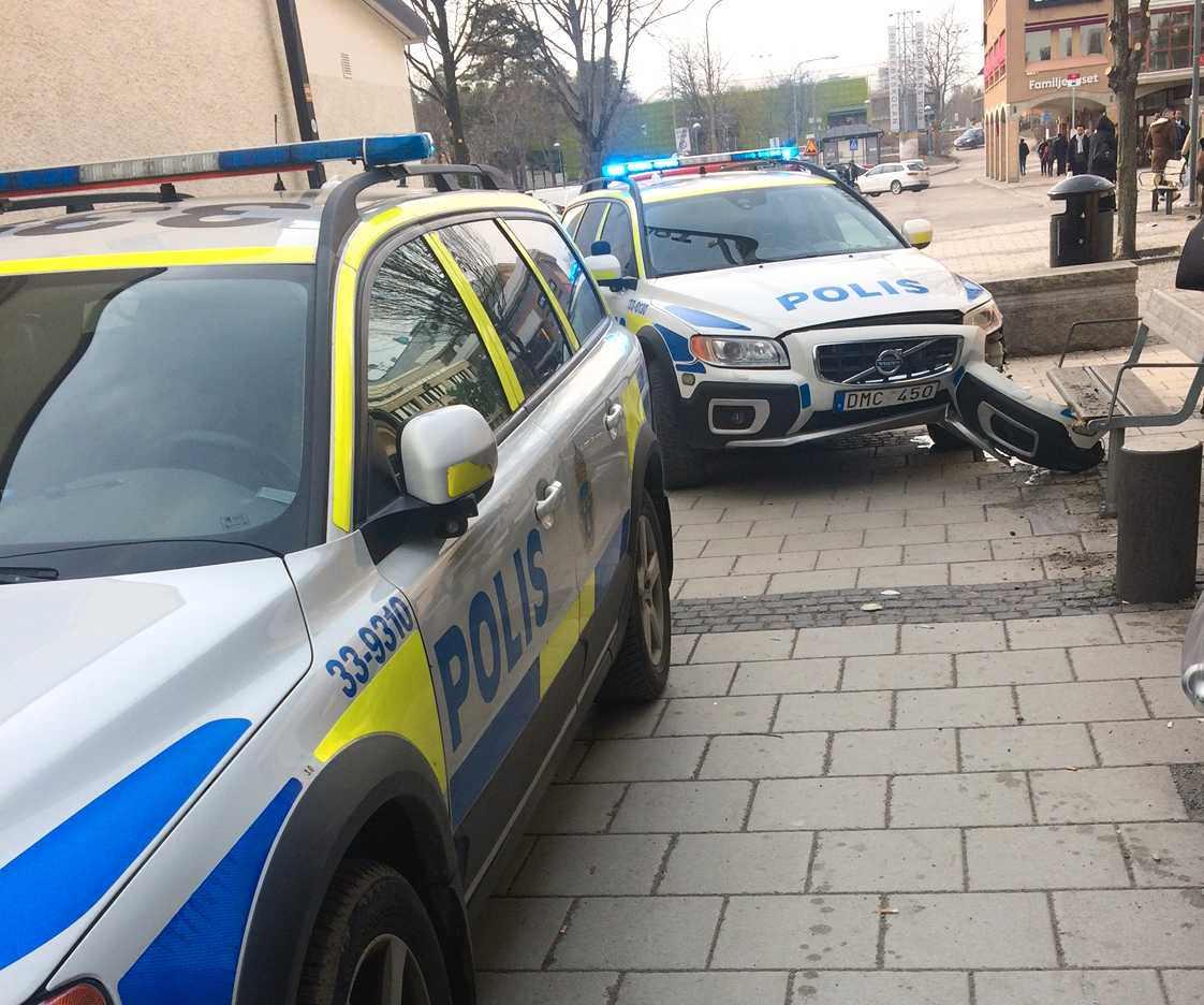 I samband med att mannen greps körde en polisbil in i något slags betongfundament i Rinkeby centrum.