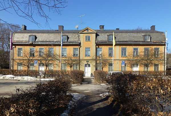 Hovings malmgård uppfördes 1770 av färgaren Carl Gustaf Hoving och är blåklassad av Stadsmuseet, den högsta klassen som omfattar synnerligen kulturhistoriskt värdefull bebyggelse. Det  anses motsvara det som krävs för byggnadsminnen i kulturmiljölagen – malmgården får alltså inte rivas eller förfalla.