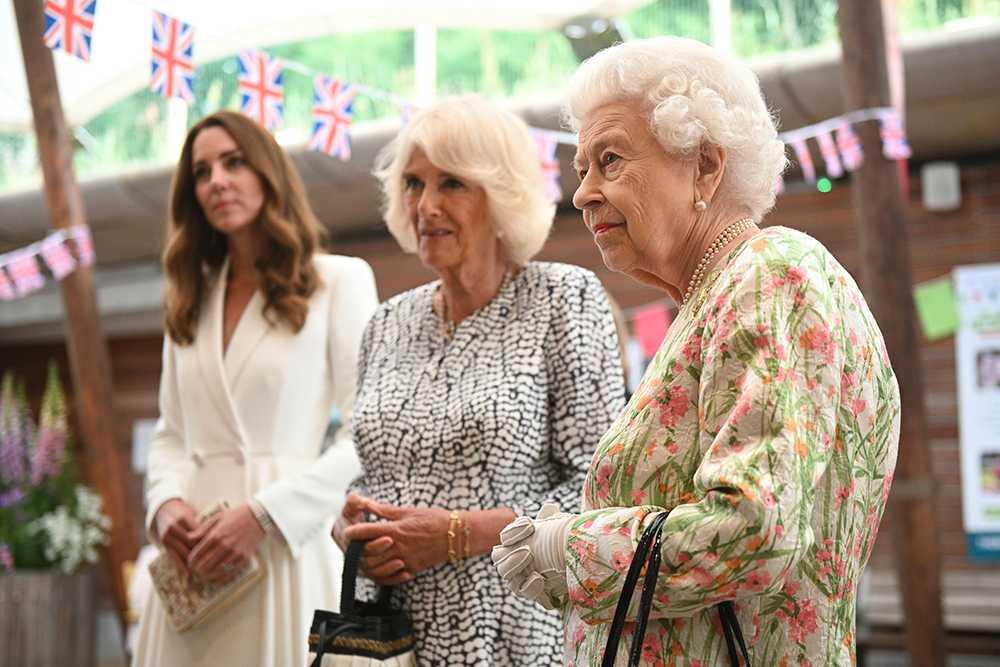 """Drottning Elizabeth hade sällskap med hertiginnorna Camilla och Kate när hon besökte välgörenhetsprojektet """"The Big Lunch""""."""