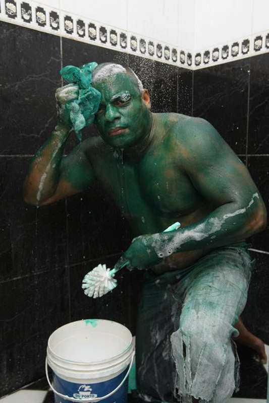 Hulken 24 timmar och oavbrutet hjälpande från vänner och grannar krävdes det innan färgen som Paulo Henrique dos Santos, 35, målat på kroppen gick bort.