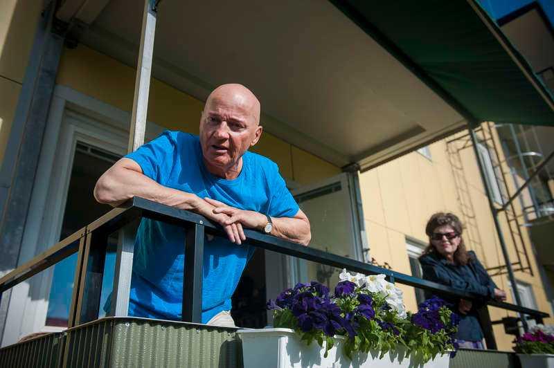 """LETADE I SOPRUMMET  """"De (polisen) var här och tittade och jag hjälpte till med att öppna dörren till soprummet"""", säger Hagabon Arne Stigsson, 65. Han misstänker att poliserna letade efter ett mordvapen: """"De tittade mycket noga runt huset, bland buskarna och i soptunnorna."""""""