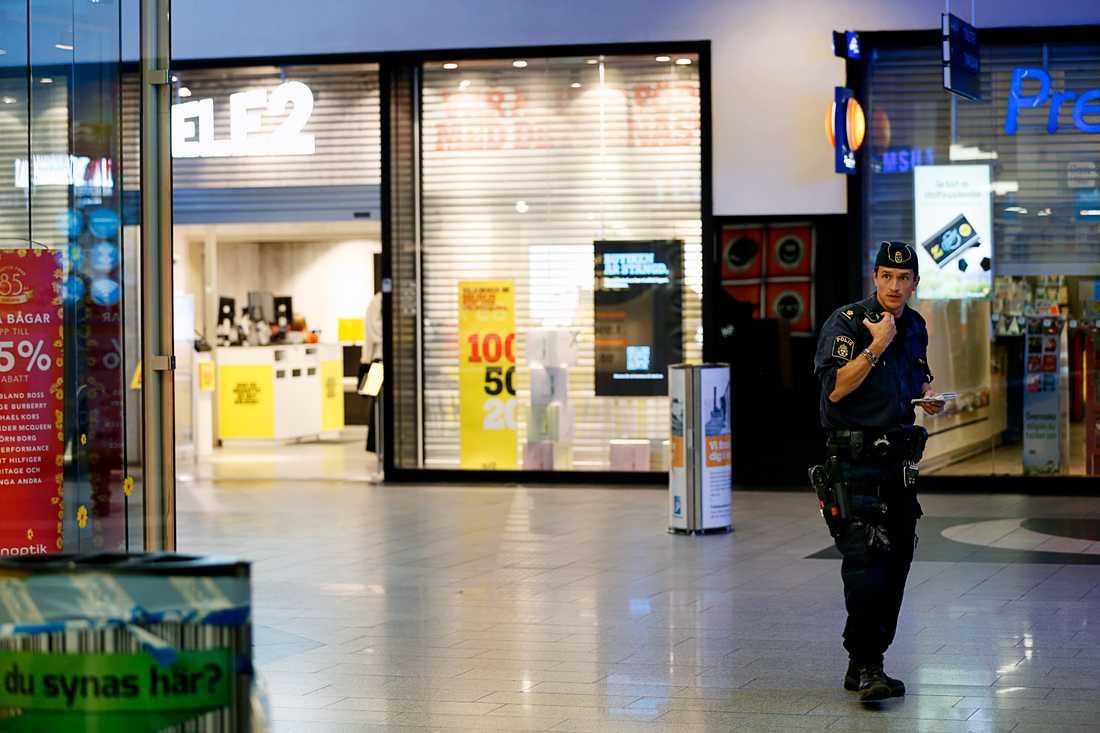 Rånarna sköt med vapen i golvet, enligt uppgifter till Aftonbladet.