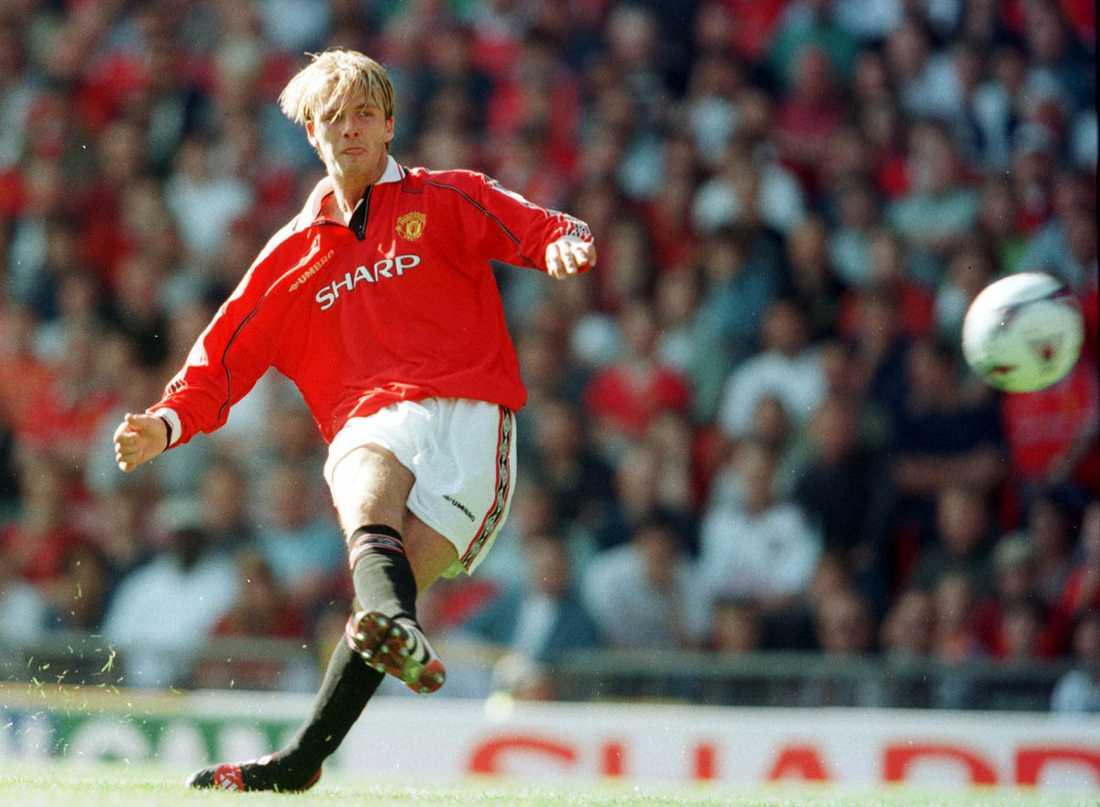 Vass högerfot. Här smeker han in 2-2 på frispark för Manchester United mot Leicester i augusti 1998.