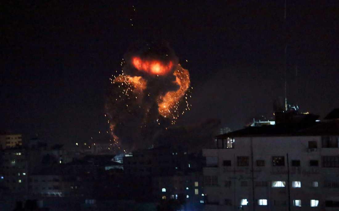 Rökmoln stiger från Hamasledaren Haniyehs kontor.