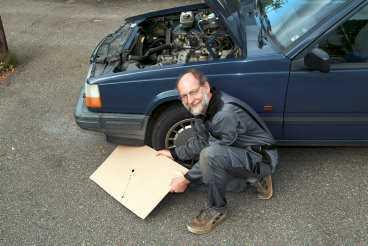 Plåt klarar skivan Vid all felsökning av inkontinenta bilar bör man först skjuta in en skiva av något slag under bilen. Det går ofta bra med en papp- eller träskiva, men eftersom de suger åt sig vätskorna är det allra bäst med en plåt.